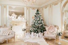 背景对光检查圣诞节构成黑暗的夜间新的s玩具年 与一个白色壁炉的经典公寓 图库摄影