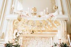 背景对光检查圣诞节构成黑暗的夜间新的s玩具年 与一个白色壁炉的经典公寓 免版税库存照片