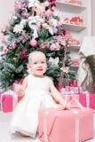 背景对光检查圣诞节构成黑暗的夜间新的s玩具年 小女孩开会和解开礼物 白礼服公主 免版税库存照片