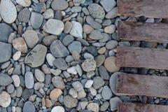 背景小卵石和木走道 免版税库存照片