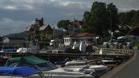 背景小船操刀了海湾庄严被停泊的汽艇山码头来回那里多种游艇 在背景中有庄严mounta 免版税库存照片