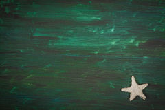 背景峡湾光芒海运星期日 在木书桌上的海星 免版税库存照片
