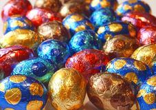 背景巧克力五颜六色的鸡蛋 库存照片