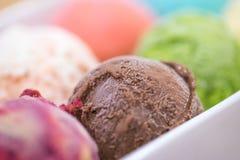 背景巧克力关闭奶油冰查出白色 免版税库存照片