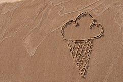 背景巧克力锥体提取乳脂在开心果草莓香草白色的冰冰淇凌 手拉用在沙子的棍子在海滩 pink scallop seashell 库存图片