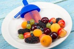 背景巧克力锥体提取乳脂在开心果草莓香草白色的冰冰淇凌 莓果 自创樱桃,无核小葡萄干,蓝莓,鹅莓,莓,黑莓,草莓 免版税库存图片