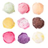 背景巧克力锥体提取乳脂在开心果草莓香草白色的冰冰淇凌 免版税库存照片