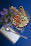 背景巧克力锥体提取乳脂在开心果草莓香草白色的冰冰淇凌 库存照片