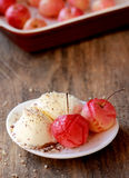 背景巧克力锥体提取乳脂在开心果草莓香草白色的冰冰淇凌 免版税库存图片