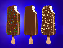 背景巧克力锥体提取乳脂在开心果草莓香草白色的冰冰淇凌 库存图片