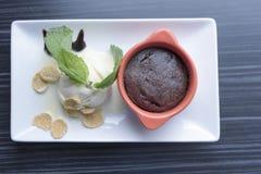 背景巧克力锥体提取乳脂在开心果草莓香草白色的冰冰淇凌 免版税图库摄影