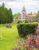 背景庭院和一座新的城堡的风景视图在锡古尔达 免版税图库摄影