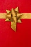 背景弓礼品金黄红色丝带 免版税库存图片