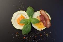 背景怂恿煎蛋卷加扰的白色 库存照片