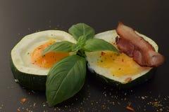 背景怂恿煎蛋卷加扰的白色 免版税图库摄影