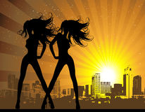 背景性感都市风景的女孩 免版税库存照片