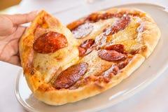 背景意大利厨房辣香肠烘饼白色 库存图片