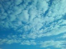 背景或明信片的色的明亮的蓝色云彩 免版税图库摄影