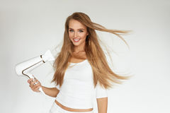 背景截去的干毛发查出的路径白色 烘干美丽的白肤金发的长的直发的妇女 图库摄影
