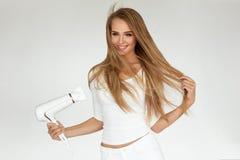 背景截去的干毛发查出的路径白色 烘干美丽的白肤金发的长的直发的妇女 免版税库存图片