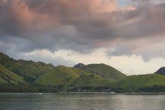 22 2009年背景执行印度尼西亚海岛7月komodo蜥蜴监控程序摄影师照片别动队员安全性棍子 库存图片