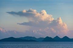 22 2009年背景执行印度尼西亚海岛7月komodo蜥蜴监控程序摄影师照片别动队员安全性棍子 免版税图库摄影