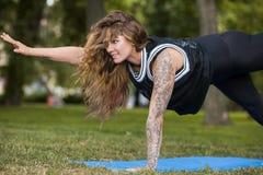 背景执行女孩健康查出的s衬衣体育运动白色瑜伽 女性的健康生活方式 库存照片