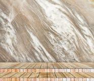背景抽象大理石墙壁和木头平板在透视纹理背景中安排了 免版税库存照片