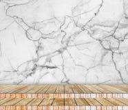 背景抽象大理石墙壁和木头平板在透视纹理背景中安排了 库存照片