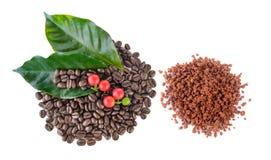 背景接近的咖啡粒查出白色的照片 速溶咖啡和叶子 免版税库存照片