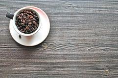 背景接近的咖啡粒查出白色的照片 免版税库存照片