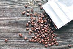 背景接近的咖啡粒查出白色的照片 库存照片