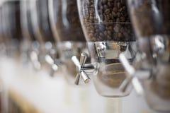 背景接近的咖啡粒查出白色的照片 免版税库存图片