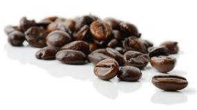 背景接近的咖啡粒查出白色的照片 免版税图库摄影