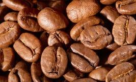 背景接近的咖啡粒查出白色的照片 库存图片