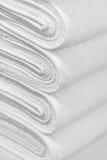 背景接近的新的栈毛巾上升白色 免版税库存图片