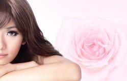背景接近的表面女孩粉红色玫瑰微笑  库存照片