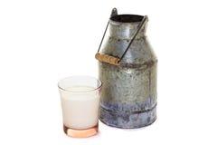 背景接近的颜色金子查出白色的水罐牛奶 库存照片