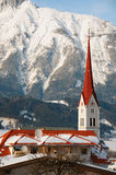 背景教会包括山雪 免版税库存照片