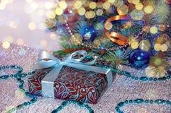 背景新年度 中看不中用的物品蓝色圣诞节构成玻璃 圣诞节礼物在白色背景的圣诞树下 圣诞节礼物weihnachtspakete 蓝色 免版税图库摄影