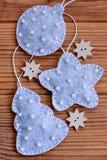 背景新年度 圣诞节装饰在棕色木背景设置了 垂直的照片 特写镜头 免版税库存图片