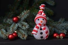 背景新年度 雪人和杉树 免版税库存照片