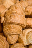 背景新月形面包新鲜的甜点 免版税图库摄影