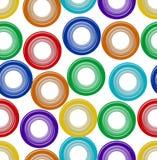 背景无缝与彩虹塑料装饰了在白色的圈子形状 免版税库存图片