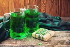 背景日帕特里克s st 卡片用啤酒和幸运的三叶草 复制空间 礼品 圣帕特里克的天假日庆祝 爱尔兰语 免版税库存图片