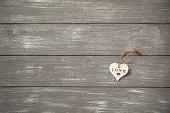 背景日愉快的华伦泰 在灰色土气的装饰白色木心脏 华伦泰` s概念 免版税库存图片