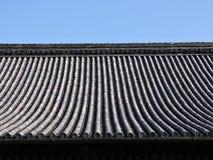 背景日本屋顶寺庙 免版税库存照片
