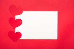 背景日重点华伦泰 在白色背景为情人节,华伦泰卡片,爱的红色心脏 免版税库存照片