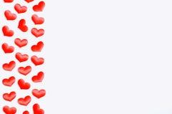 背景日重点空白st的华伦泰 在白色木背景的桃红色纺织品心脏边界,文本的空间, 免版税库存照片