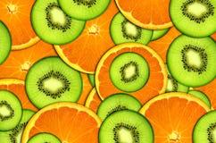 背景明亮的果子、桔子和猕猴桃 库存照片
